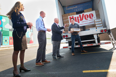 As part of Farmland's Honoring the Heartland Tour, representatives from Smithfield Foods, Nebraska FFA Association, Food Bank for the Heartland, and Hy-Vee gather to strengthen the local Omaha community through donations to support agricultural programs and hunger relief.