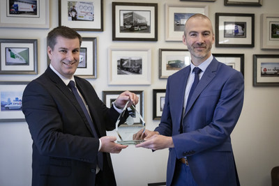 Waterlogic presents Oceansaver Accolade to DPD in recognition of its plastic-saving tactics (PRNewsfoto/Waterlogic)